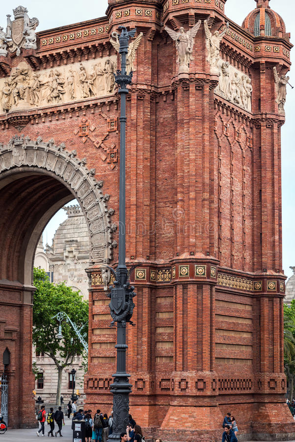 Os povos estão visitando Arco de Triomf situado na cidade de Barcelona, Catalonia, Espanha fotografia de stock royalty free
