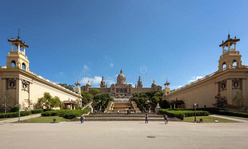 Os povos estão visitando a fonte e o Museu Nacional de Catalonia no monte de Montjuic em Barcelona, Placa De Espanya, Espanha foto de stock royalty free