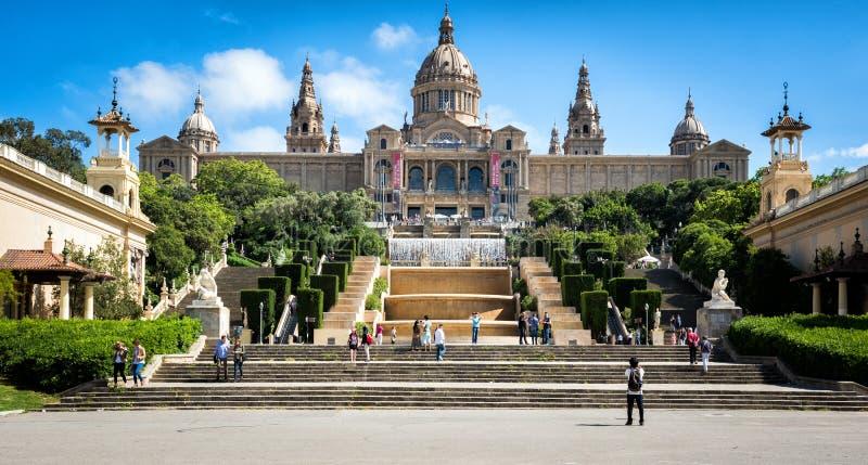 Os povos estão visitando a fonte e o Museu Nacional de Catalonia no monte de Montjuic em Barcelona, Placa De Espanya, Espanha fotografia de stock royalty free