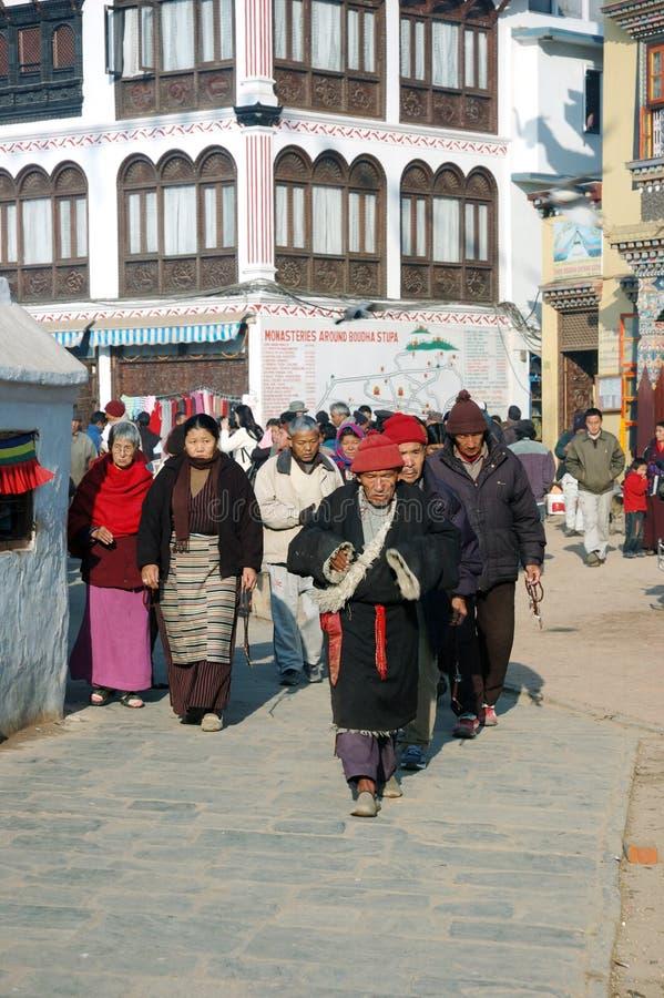 Os povos estão visitando o stupa de Bodnath, Kathmandu, Nepal imagens de stock royalty free