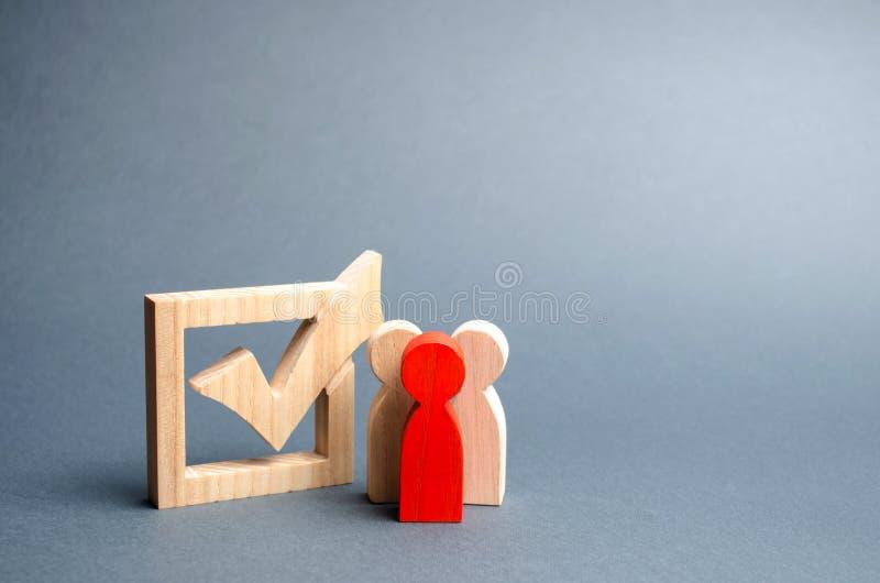 Os povos est?o perto da caixa de sele??o para votar nas elei??es Interesses, corrup??o da elei??o, corrup??o do eleitor, e equipa imagens de stock