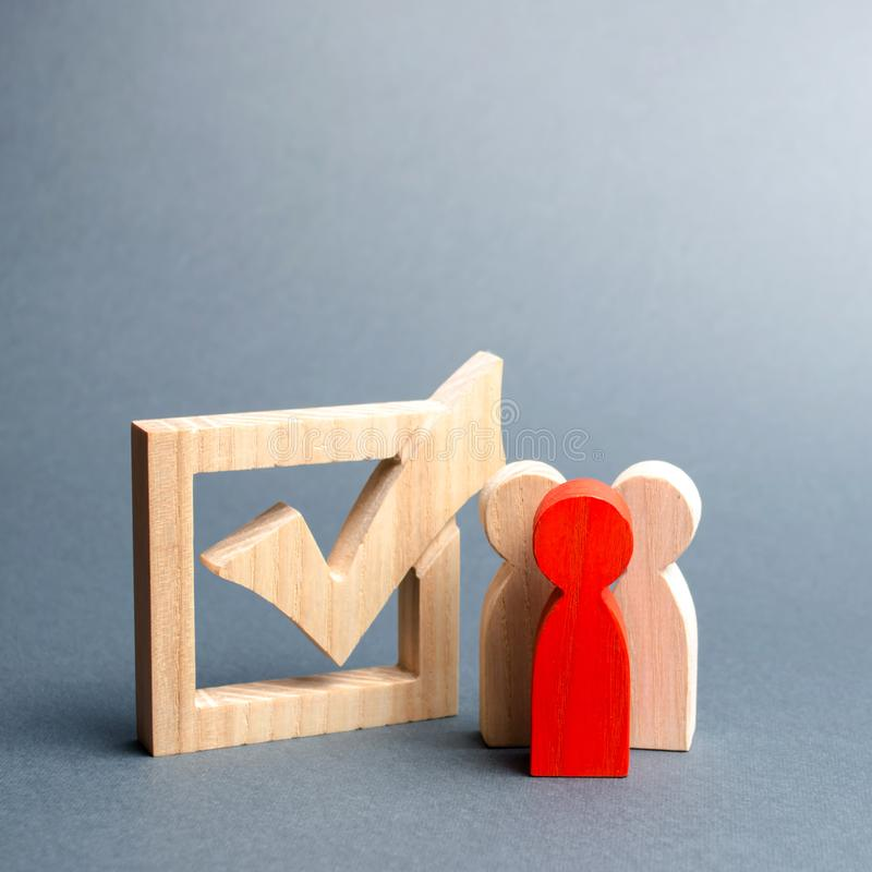 Os povos est?o perto da caixa de sele??o para votar nas elei??es Interesses, corrup??o da elei??o, corrup??o do eleitor, e equipa fotos de stock