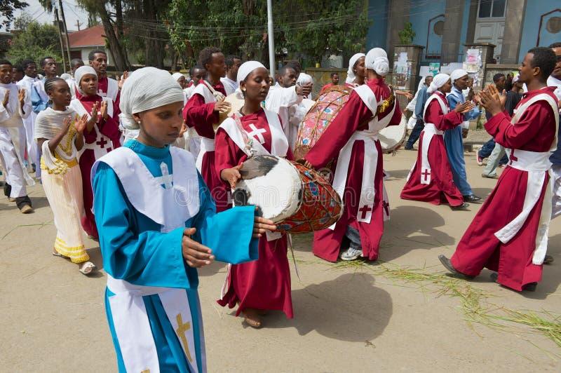 Os povos etíopes participam na procissão que comemora o festival ortodoxo religioso de Timkat na rua em Addis Ababa, Etiópia imagem de stock