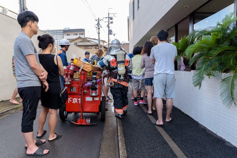 Download Os Povos Evacuaram Do Hotel Durante O Alarme De Incêndio Em Kyoto Japão O 14 De Julho De 2016 Fotografia Editorial - Imagem de perigoso, japonês: 80103052