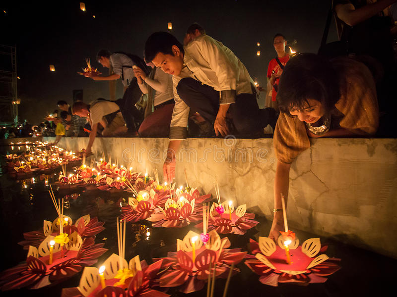 Os povos flutuam lanternas no rio no festival de Loy Kratong fotos de stock