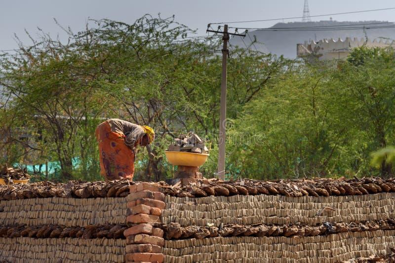 Os povos indianos fazem tijolos manuais da argila em Ajmer Rajasthan India imagens de stock royalty free