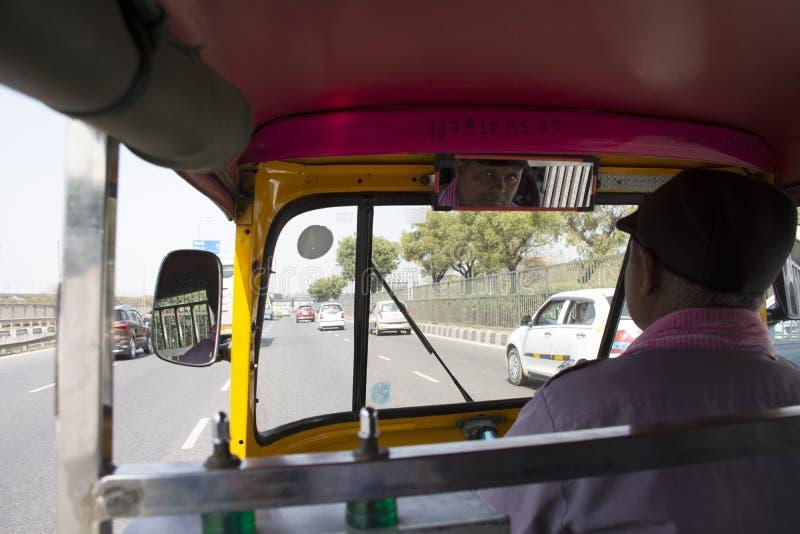 Os povos indianos que conduzem o táxi do triciclo na rua para enviam passageiros e viajantes estrangeiros com a estrada do tráfeg foto de stock royalty free