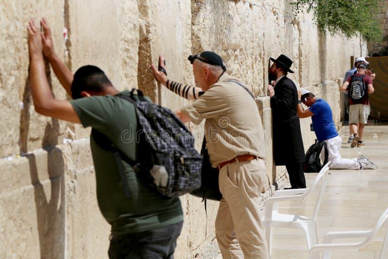 Os povos judaicos leram a oração perto da parede lamentando ocidental foto de stock