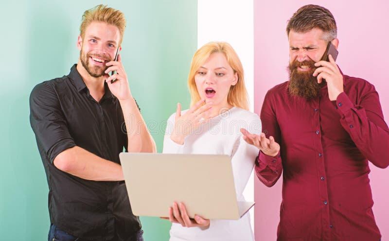 Os povos modernos vivem em realidades virtuais e reais Os homens e a mulher apreciam a realidade virtual e uma comunicação em lin fotos de stock royalty free