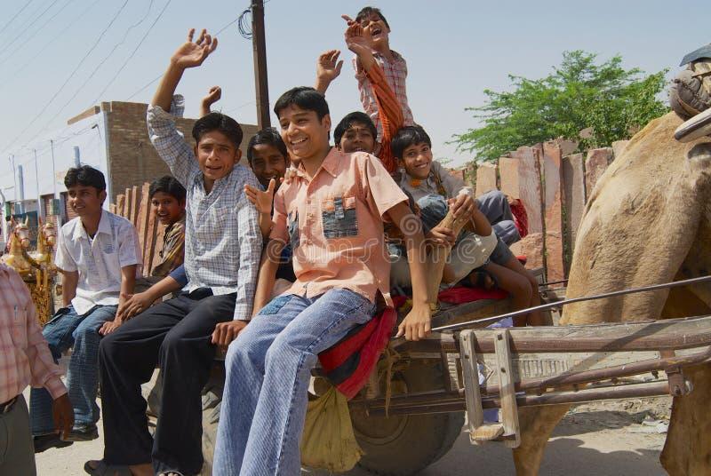 Os povos montam o carro conduzido camelo na rua de Bikaner, Índia imagens de stock
