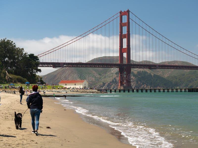Os povos movem-se em torno de apreciar a praia e as vistas em San Francisco foto de stock