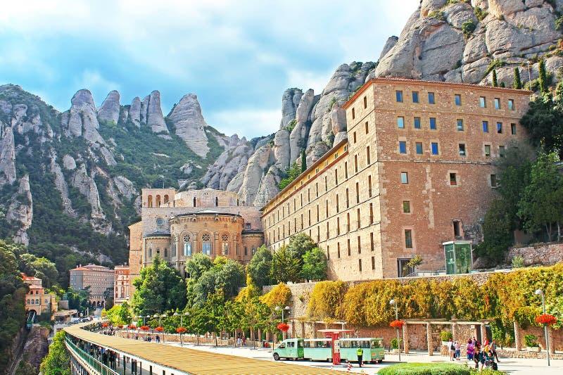 Os povos não identificados estão indo ao monastério de Montserrat Benedictine, centro religioso de Catalonia, Monserrate, Espanha fotografia de stock