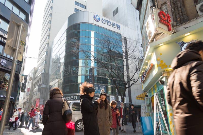 Os povos não identificados usam o dispositivo móvel em torno da cidade em Seoul, Sout imagem de stock royalty free