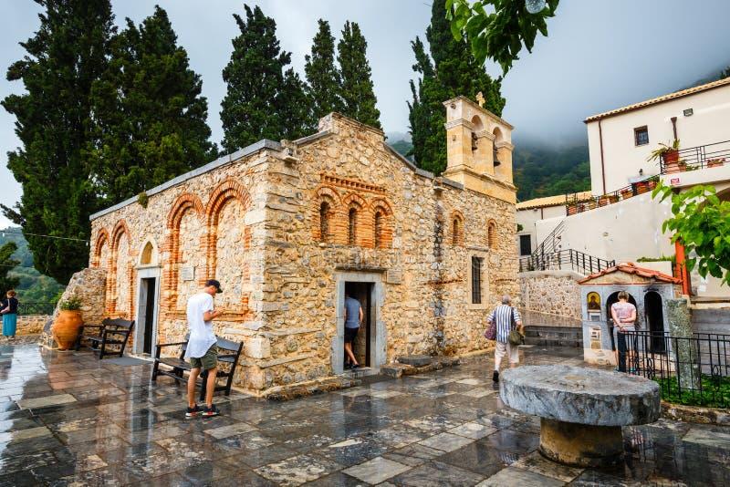 Os povos não identificados visitam o monastério antigo Kera Kardiotissa na Creta Greece imagens de stock