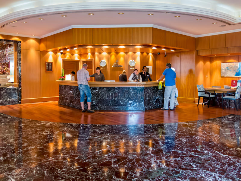 Os povos na mesa de recepção no hotel incitam em Dubai imagens de stock