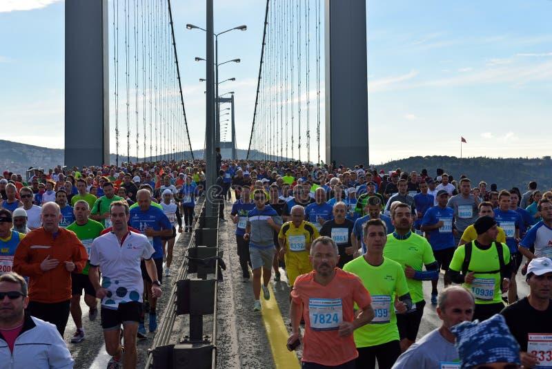 Os povos na raça de maratona em Istambul imagem de stock