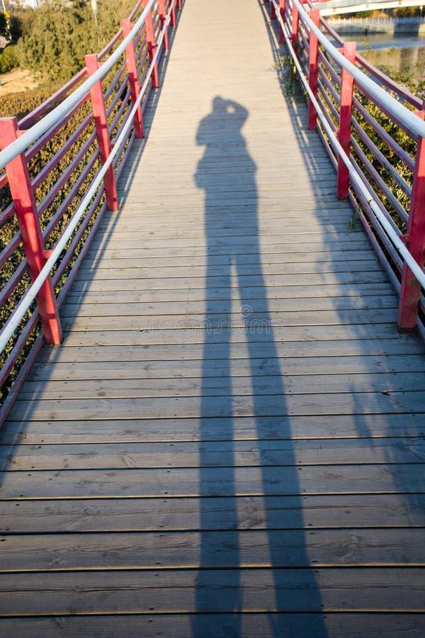Os povos na sombra da ponte fotos de stock