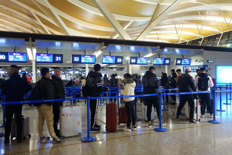 Os povos no aeroporto de Shanghai Pudong enfileiram-se para verificam dentro fotografia de stock royalty free