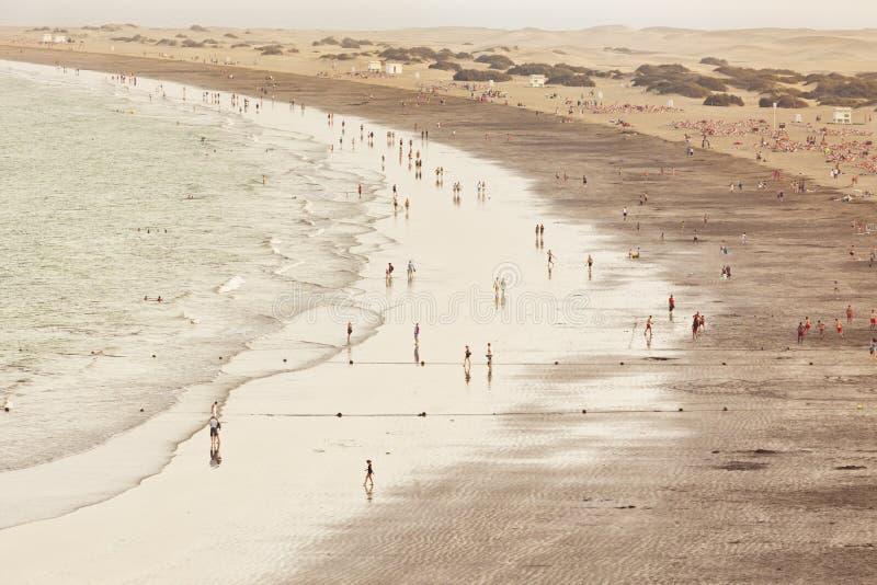 Os povos no Playa del Ingles encalham, canário grande imagem de stock royalty free