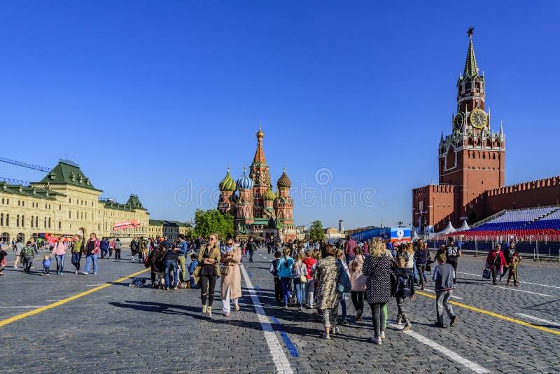 Os povos no quadrado vermelho o dia após a vitória desfilam Moscovo, Rússia fotos de stock royalty free