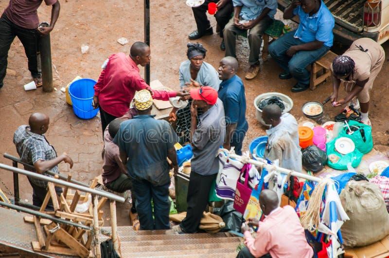 Os povos no táxi estacionam, Kampala, Uganda foto de stock