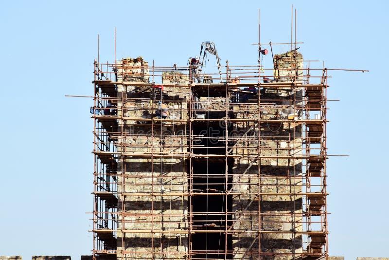 Os povos no trabalho, trabalhadores repararam a fortaleza velha imagens de stock