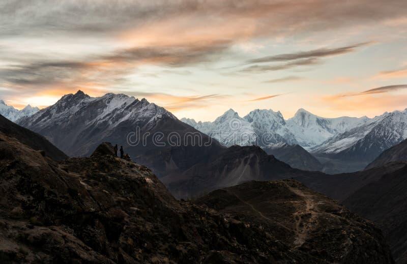 Os povos olham o nascer do sol no ponto de vista de Eagle Nest fotos de stock royalty free