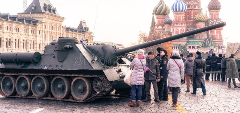 Os povos olham a segunda guerra mundial retro do tanque no quadrado vermelho foto de stock