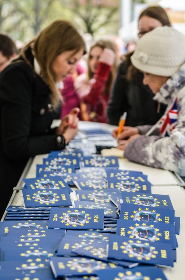 Os povos participam no jogo da informação no dia de Europa em Tallinn fotografia de stock