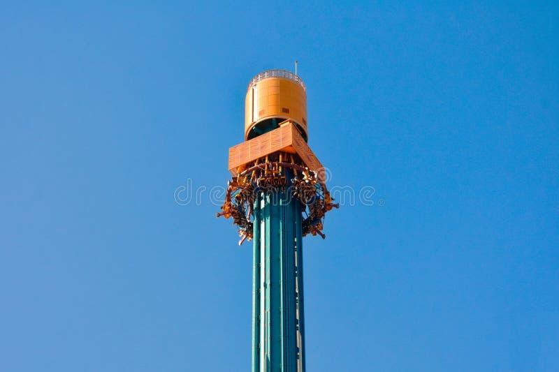 Os povos preparam-se para apreciar excitar a descida na atração da fúria do falcão no Th de Tampa Bay dos jardins de Bush foto de stock royalty free