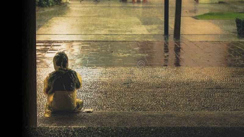 Os povos que esperam uma tempestade da chuva para terminar, conceito do taki imagem de stock royalty free