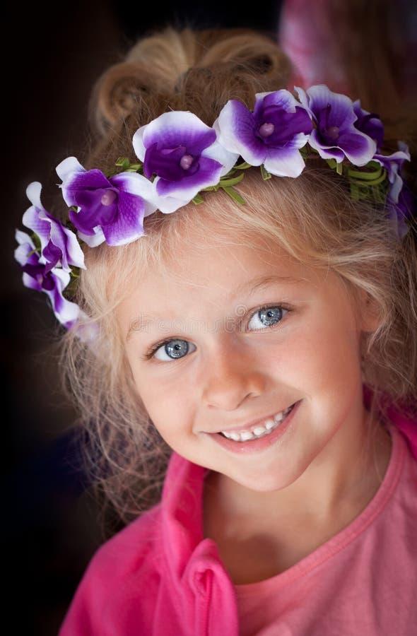 Os povos reais cândidos dispararam da menina com as flores em seu cabelo foto de stock