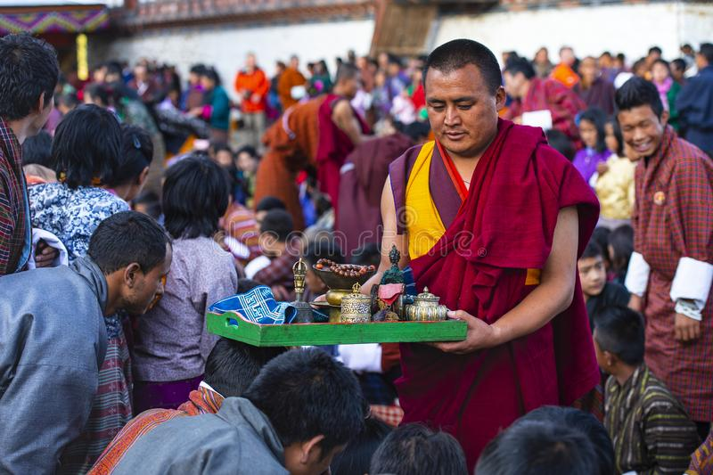 Os povos recebem a bênção da monge budista após o dia de festa, Butão fotos de stock