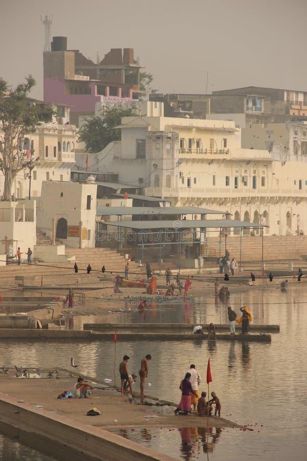 Os povos recolhem para banhar-se no Ghats imagem de stock