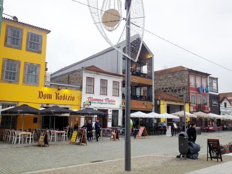 Os povos relaxam em um café na margem no distrito histórico de Ribeira Porto, Portugal fotos de stock