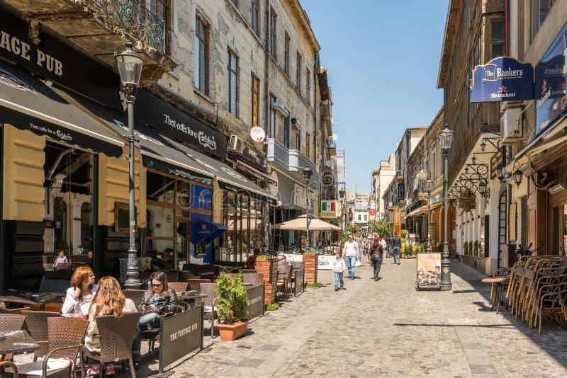 Os povos relaxam na cidade do centro de Bucareste imagem de stock