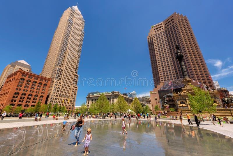 Os povos relaxam na praça pública do centro de Cleveland imagem de stock royalty free