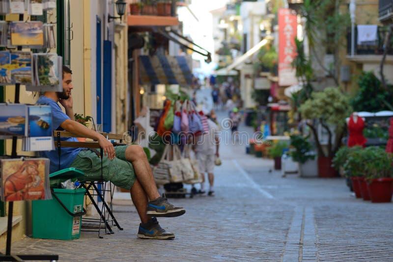 Os povos relaxam na rua em Chania, Creta fotografia de stock royalty free