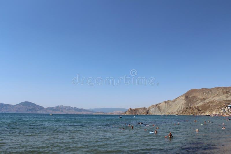 Os povos relaxam no mar em Crimeia foto de stock