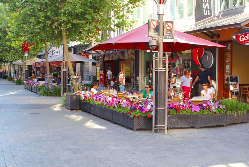 Os povos relaxam nos terraços do café em Murray Street, Perth, Austrália Ocidental fotografia de stock