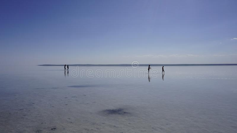 Os povos são andar/que caminha em Salt Lake Tuz Golu, Turquia imagem de stock