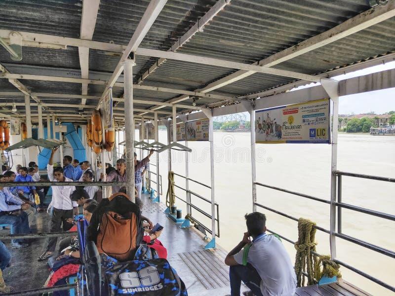 Os povos sentaram-se no barco do transporte público no rio Hoogly Transporte de rio foto de stock royalty free