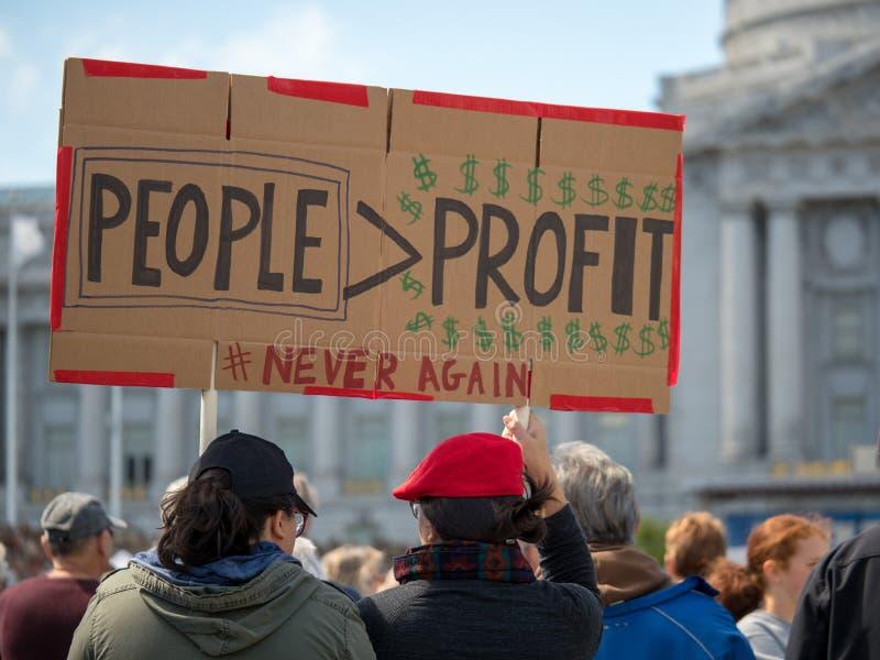 Os povos sobre o sinal do lucro em março por nossas vidas reagrupam em San Francisco fotografia de stock royalty free