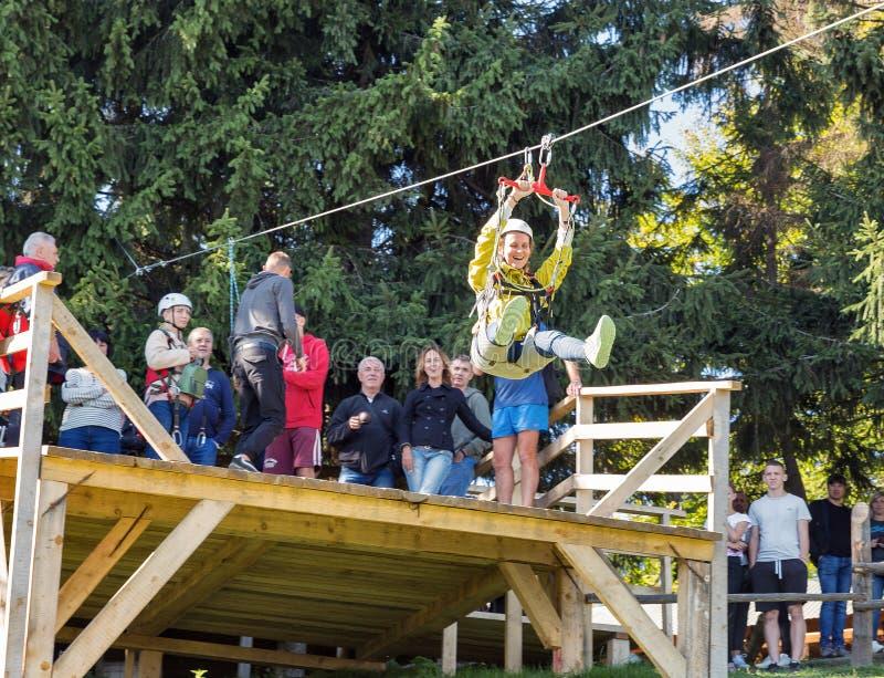 Os povos têm o divertimento no cabo extremo para baixo em Carpathians, Ucrânia foto de stock royalty free
