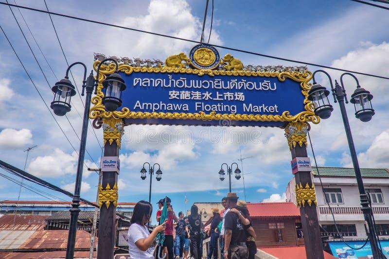 Os povos tailandeses e os turistas Unacquainted vêm visitar o mercado de flutuação de Amphawa do tempo do feriado fotos de stock