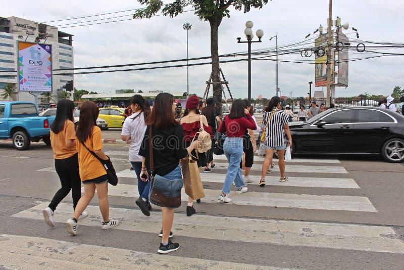 Os povos tailandeses estão andando para cruzar a rua imagem de stock