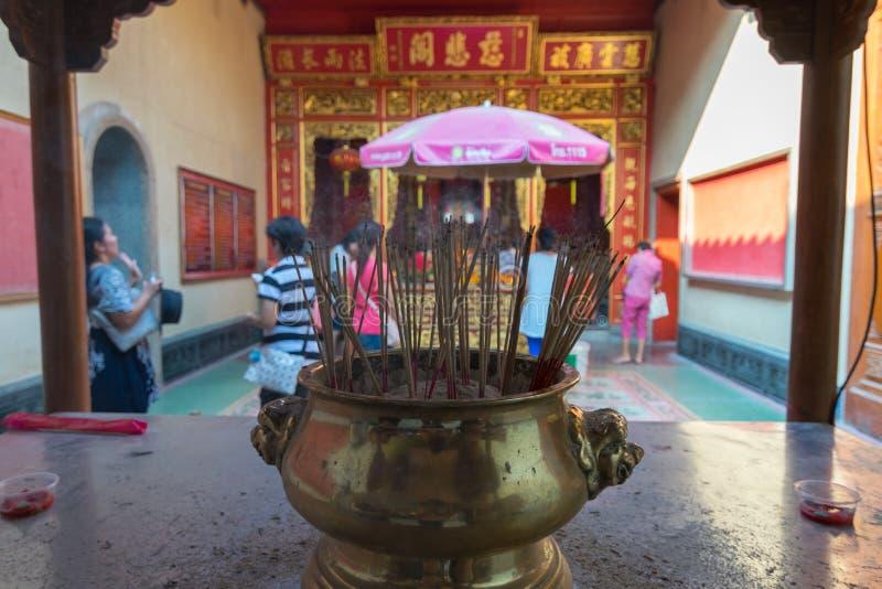 Os povos tailandeses rezam no templo chinês imagens de stock