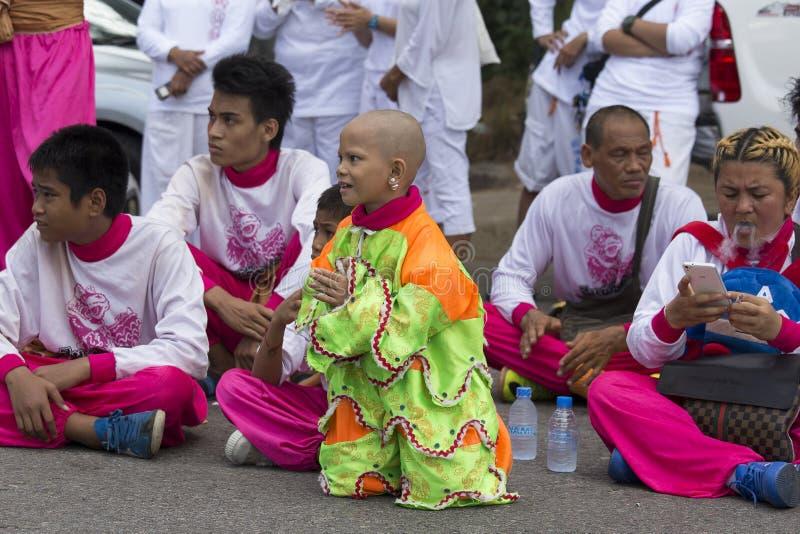 Os povos tailandeses são envolvidos no festival chinês do vegetariano na cidade de Phuket tailândia imagens de stock