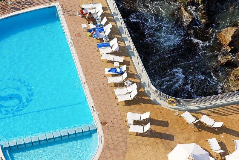 Os povos tomam um sol-banho da noite em uma plataforma de Sheraton Miramar Hotel foto de stock royalty free