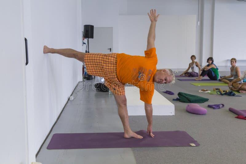 Os povos tomam uma classe no festival 2014 da ioga em Milão, Itália imagem de stock